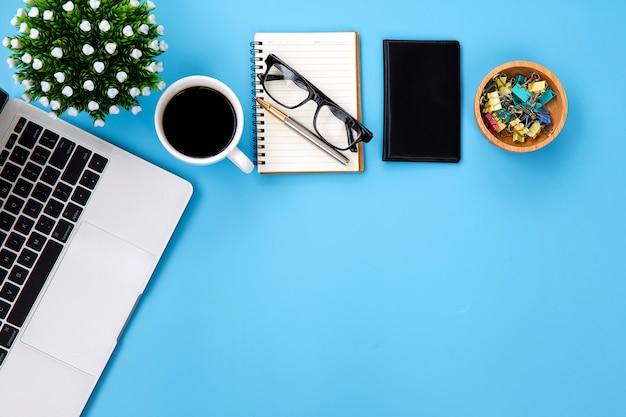 Lieu de travail de bureau moderne avec ordinateur portable.
