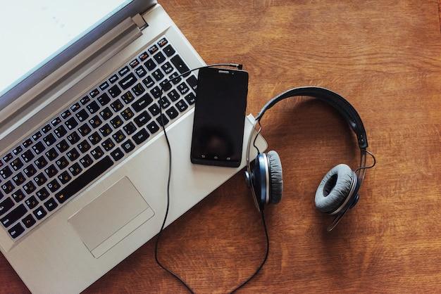 Lieu de travail de bureau avec un ordinateur portable et un smartphone