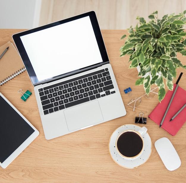 Lieu de travail de bureau avec ordinateur portable sur table en bois