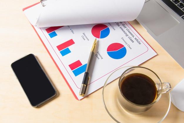 Lieu de travail de bureau avec ordinateur portable et téléphone intelligent sur une table en bois