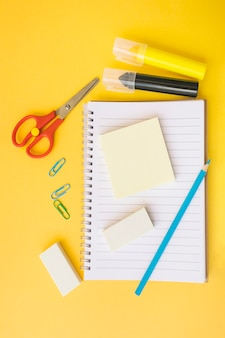 Lieu de travail avec carnet et papeterie