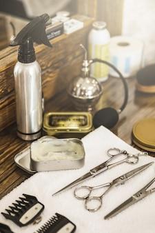 Lieu de travail de coiffeur. différents équipements de coiffure dans le salon de coiffure