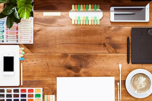 Lieu de travail de conception créative sur une table en bois marron