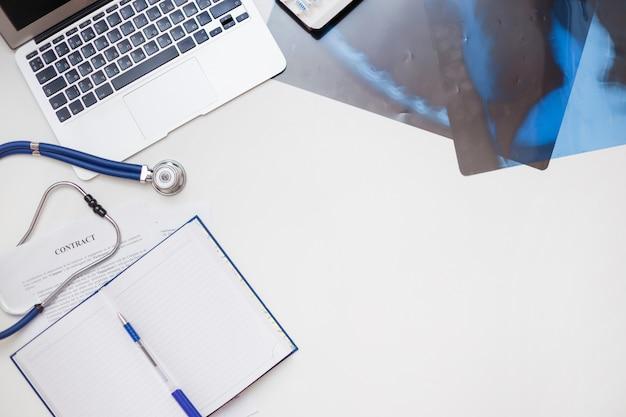 Lieu de travail conceptuel d'un pneumologue et d'un nouveau contrat