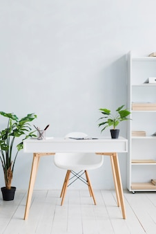 Lieu de travail confortable dans un bureau léger