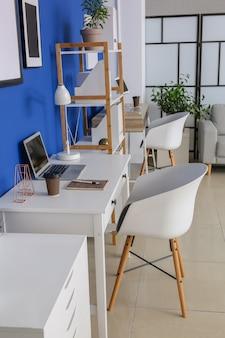 Lieu de travail confortable avec ordinateur moderne au bureau