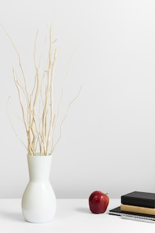 Lieu de travail contemporain avec vase et pomme sur le bureau