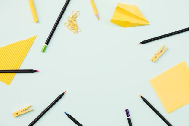 Lieu de travail avec des crayons et des notes