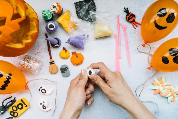 Lieu de travail créatif avec figurines en pâte à modeler et halloween
