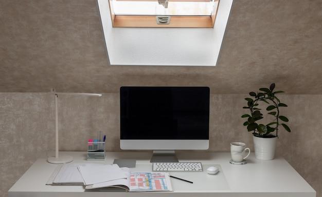 Lieu de travail dans l'ordinateur de bureau à domicile, lampe de bureau, dossiers ouverts avec des documents et une tasse de café concept de quarantaine de coronavirus