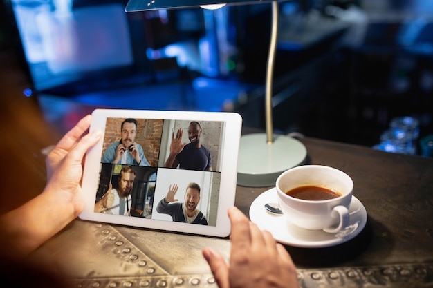 Lieu de travail à distance dans le bureau du bar-restaurant avec appareils et gadgets pc
