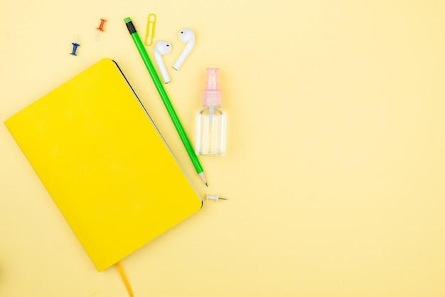 Lieu de travail à domicile avec tasse de café, succulentes, bloc-notes et stylo.