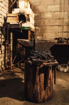 Lieu de travail du forgeron: enclume, marteaux, four