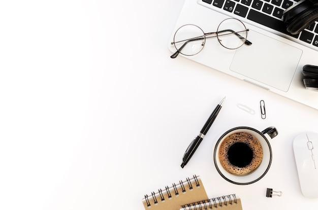 Lieu de travail du programmeur avec ordinateur portable argenté et tasse à café