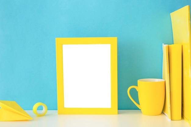 Lieu de travail élégant dans les couleurs bleues et jaunes