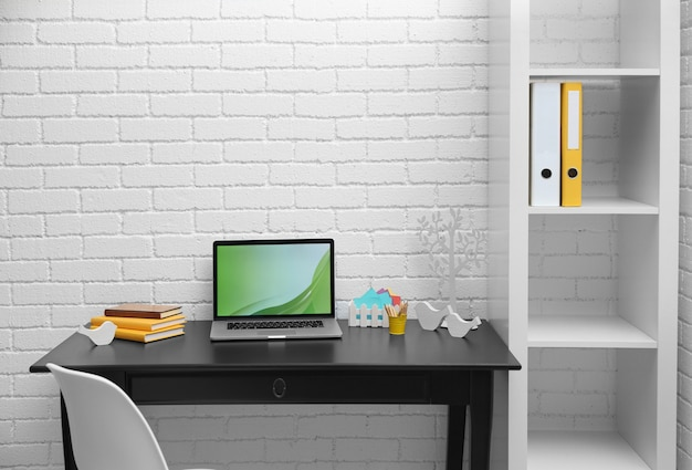 Lieu de travail élégant avec ordinateur portable à la maison