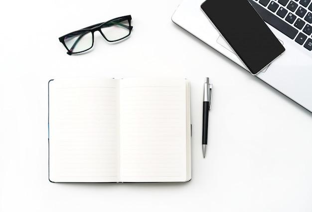 Lieu de travail d'entreprise avec ordinateur portable et ordinateur portable
