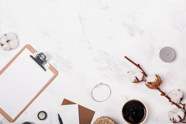 Lieu de travail féminin avec du café et des cotons-tiges