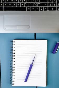 Lieu de travail des femmes modernes avec ordinateur portable ou ordinateur portable