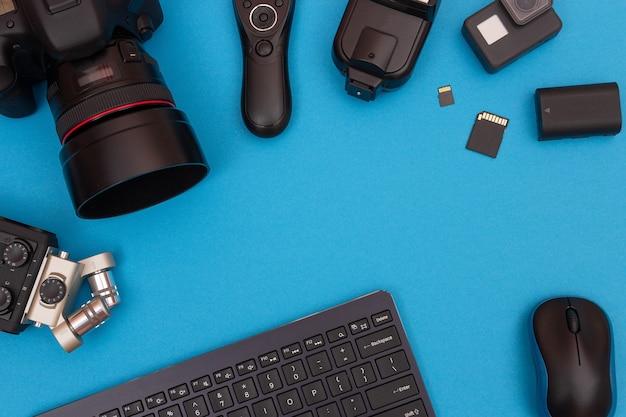 Lieu de travail avec des gadgets numériques sur table bleue