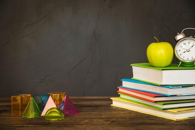 Lieu de travail avec des livres et des formes géométriques