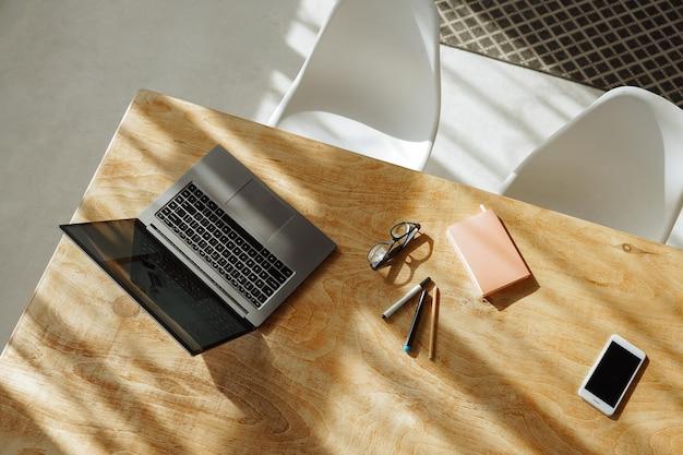 Lieu de travail à la maison. chambre ensoleillée avec deux chaises blanches