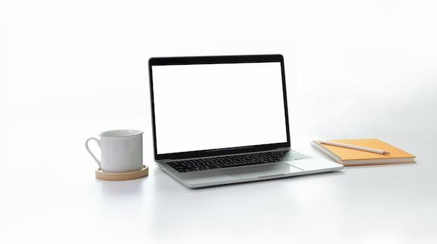 Lieu de travail minimal élégant avec un ordinateur portable à écran blanc et blanc ouvert