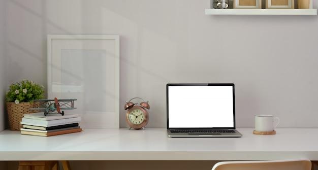 Lieu de travail minimal avec fournitures de bureau