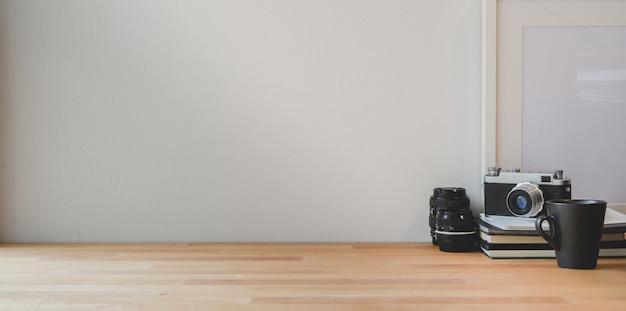 Lieu de travail minimal avec photographe et espace pour ordinateur portable et copie