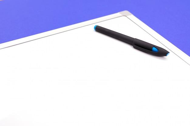 Lieu de travail moderne avec bureau, stylo et calculatrice