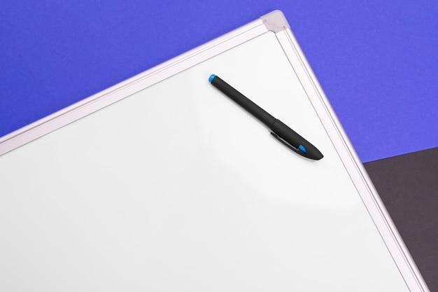 Lieu de travail moderne avec cahier, stylo et calculatrice isolé sur un t-shirt bleu noir