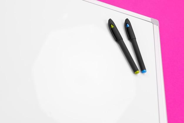 Lieu de travail moderne avec cahier, stylo et calculatrice