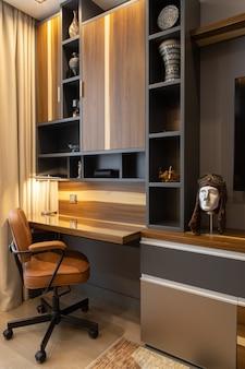 Lieu de travail moderne et confortable dans des tons marron et bois avec une décoration élégante