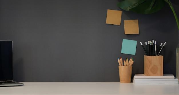 Lieu de travail moderne avec des fournitures de bureau
