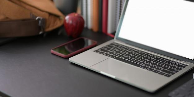 Lieu de travail moderne avec maquette d'ordinateur portable et fournitures de bureau