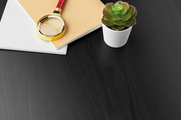 Lieu de travail moderne sur une table en bois avec beaucoup de choses dessus. vue de dessus