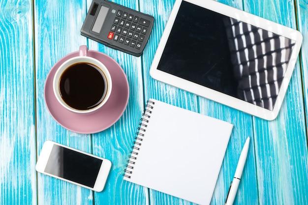 Lieu de travail moderne avec une tasse de café sur une table en bois
