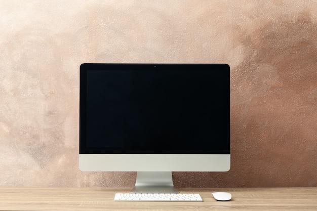 Lieu de travail. ordinateur, clavier et souris sur table en bois. brun clair