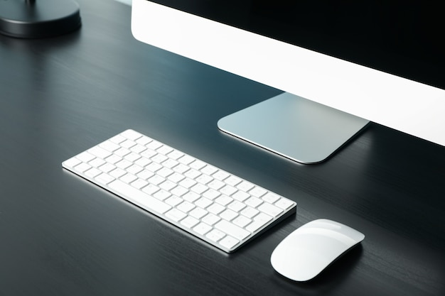 Lieu de travail. ordinateur, clavier et souris sur table en bois, gros plan