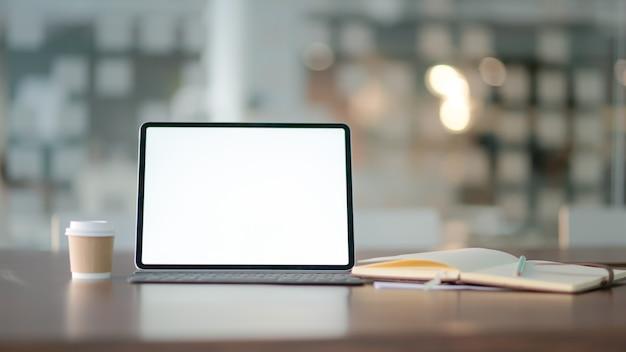 Lieu de travail avec ordinateur portable, fournitures de bureau et café.