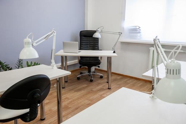 Lieu de travail avec ordinateur portable et lampe