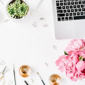 Lieu de travail avec ordinateur portable pivoines succulentes bobine de ciseaux dorés avec crayons à ruban beige et agenda composition à plat pour blog vue de dessus