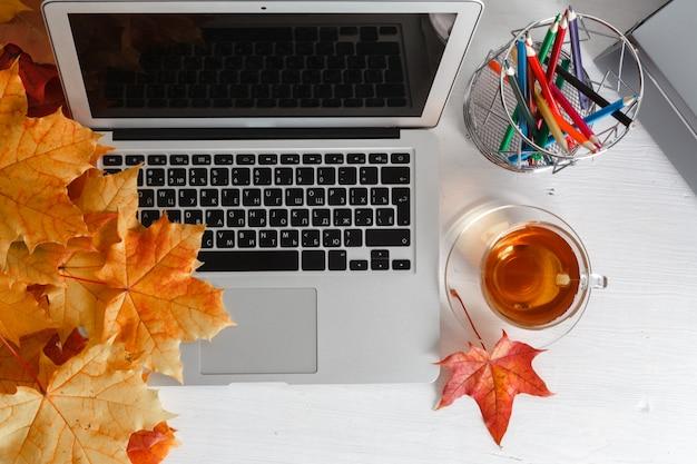 Lieu de travail avec ordinateur portable sur la table à la maison