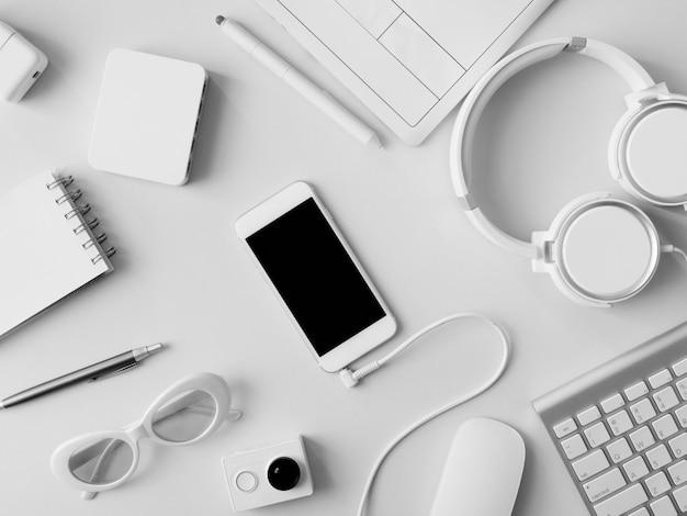 Lieu de travail avec ordinateur portable, tablette graphique et smartphone