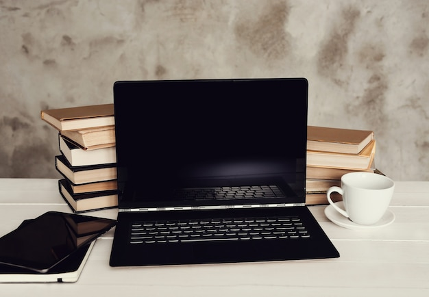 Lieu de travail avec ordinateur portable et tasse à café