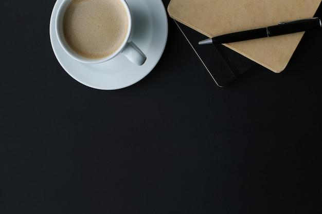 Lieu de travail avec ordinateur et tasse à café