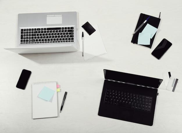 Lieu de travail avec ordinateurs portables