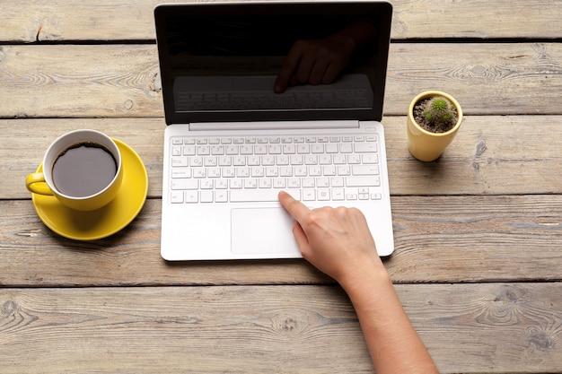 Lieu de travail avec outils et gadgets bureautiques. tasse de café sur une table