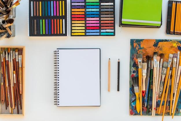 Lieu de travail de peintre en vue latérale. bureau design avec équipement de dessin. home studio pour artiste