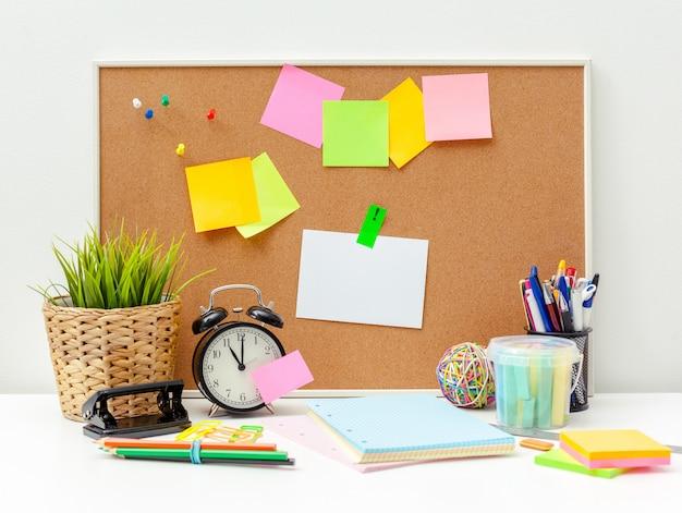 Lieu de travail d'une personne créative avec une variété d'objets de papeterie colorés